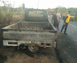 Warga tampak mengerumuni bangkai mobil pick up yang hangus terbakar.