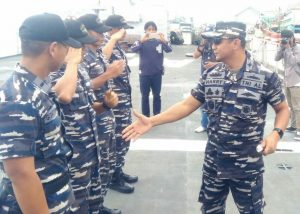 Letkol Laut (P) Harry Setyawan, SE., memberikan salam kepada para petugas KRI AHP 355.