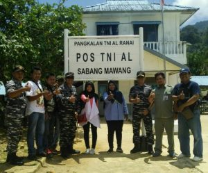 Foto bersama didepan Pos TNI AL Sabang Mawang, Pulau Tiga.