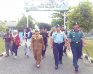 Rombongan menuju Pesawat Patroli Maritim milik TNI AL yang berada di Lanud Ranai.
