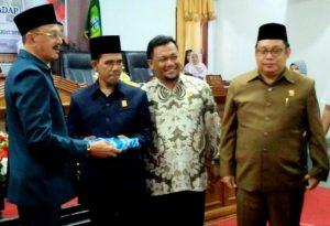 Bupati Hamid Rizal serahkan berkas Ranperda ke Ketua DPRD Natuna Yusripandi.