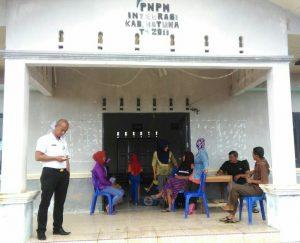 Warga Ranai Darat tampak sedang menunggu pihak Bulog Natuna gelar Operasi Pasar Beras Murah.