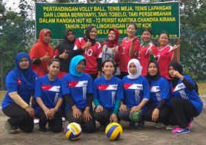Ketua dan Anggota Persit KCK Cabang LXXII Dim 0318 Natuna foto bersama.