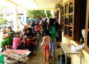 Tampak para pasien tengah mengantre di Puskesmas Ranai.