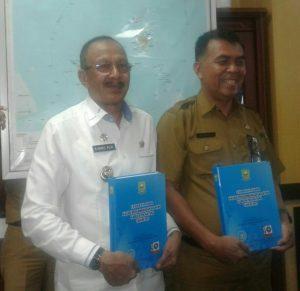 Bupati Natuna dan Sekda menunjukkan Buku Kajian Akhir Pembentukan Provinsi Natuna-Anambas.