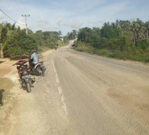Jalan di Sebakung Desa Batu Gajah, yang berdebu akibat pengerjaan perbaikan jalan.
