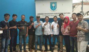 Yusripandi dan Baharudin foto bersama Mahasiswa Natuna di Jakarta.