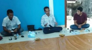 Yusripandi tampak tengah berdiskusi dengan para mahasiswa.