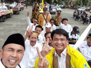 Ketua Tim Pemenangan SABAR Ade Angga (berjaket kuning) bersama anggota tim, dalam pawai Pilkada Damai