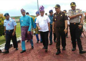 Menkominfo (baju putih), didampingi Bupati dan beberapa pimpinan FKPD Natuna, menuju VIP Room Bandara Ranai.