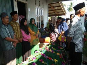 Wabup Natuna Ngesti Yuni Suprapti bersama masyarakat tampak melayat dirumah duka.