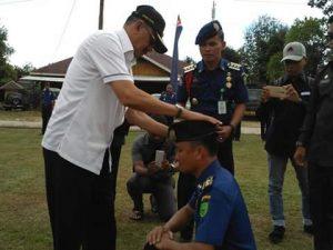 Hamid Rizal pasang baret kepada salah seorang personil Damkar Natuna.