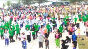 Tampak unsur TNI, Polri, Pemda dan Masyarakat Natuna melakukan olahraga bersama.