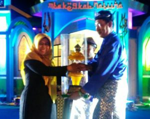 Ketua LPTQ Natuna serahkan piala bergilir MTQ tingkat Kabupaten Natuna kepada Camat BTL, Ahmad.