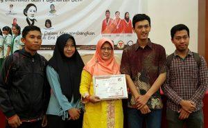 Wabup Natuna Hj. Ngesti Yuni Suprapti foto bersama Mahasiswa Natuna di Tanjungpinang.