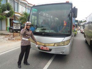 Kasatlantas Polres Natuna Iptu Zubaiedah, saat menilang sebuah bus milik Pemda Natuna, yang tidak membayar pajak.