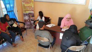 Psikolog Klinis P2TP2A Natuna saat membina para remaja yang berperilaku menyimpang.