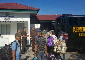 Para tahanan Illegal Fishing Kejari Natuna menaiki mobil tahanan untuk dikirim ke Lapas Tanjungpinang.