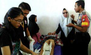 Tampak Kadis Sosial PPPA Kartina Riauwita, Babinkamtibmas Briptu Mulyanto dan para petugas medis saat mengkhitan peserta.