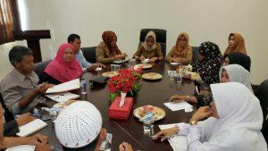 Kepala Dinsos PPPA Natuna, Kartina Riauwita tampak sedang Memimpin Rapat.