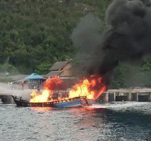 Tampak Kapal BBM Tujuan Midai Terbakar di Pelabuhan Selat Lampa.