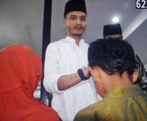 Ketua Dewan Etik AJOI Natuna, Ronnie Indra tampak turut memberikan santunan kepada anak yatim.