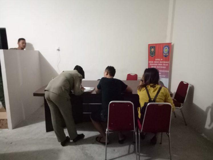 Petugas Satpol PP Tanjungpinang saat melakukan pendataan terhadap pasangan yang terjaring.