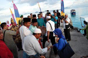 Masyarakat Seluan saat menyambut kedatangan  Bupati Natuna beserta rombongan di Desanya.