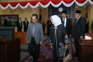Ketua DPRD Kepri, Jumaga Nadeak bersama Badan Pemeriksa Keuangan (BPK) RI. Anggota V BPK RI, Isma Yatun memasuki ruangan sidang paripurna