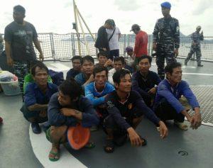 Gambar penangkapan pelaku Illegal Fishing diperairan Natuna oleh TNI AL.