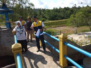 Wabup Natuna, Hj. Ngesti Yuni Suprapti, saat meninjau proyek pembangunan Irigasi Tapau.