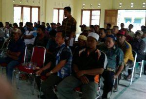 Masyarakat Desa Tapau saat menghadiri Musyawarah bersama BPD di Balai Desa, untuk memutuskan nasib SL.