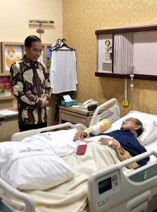Presiden RI Joko Widodo saat menjenguk Mantan Presiden ke 3 RI, BJ. Habibie