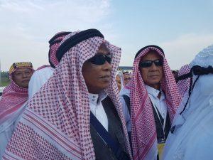 Muhammad Hasan saat tiba di Masjid Agung Natuna bersama rombongan lain.