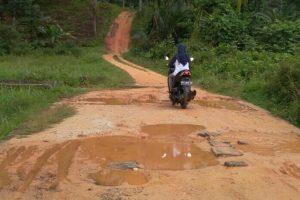 Ditimbun dengan tanah merah yang liat, membuat Gang Bulan bisa berubah menjadi kubangan lumpur yang sangat licin, ketika diguyur hujan.