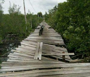 Tampak beberapa bagian pelantar jembatan sudah mulai ambruk termakan usia.