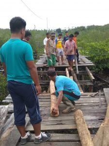 Jembatan inilah yang menjadi akses utama warga Kampung Setungkuk untuk menuju Kampung Tanjung Sebauk, termasuk anak sekolah.