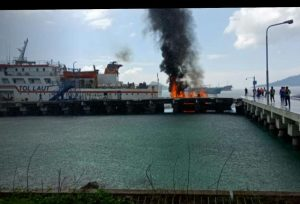 Tampak sebuah kapal kayu terbakar di pelabuhan Selat Lampa, Natuna.