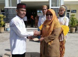 Wabup Ngesti berikan Hadiah kepada santri berprestasi pada MTQ di Medan, Sumut.