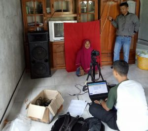 Tim dari Disdukcapil Natuna saat melakukan perekaman e-KTP kerumah-rumah warga di Desa Cemaga Selatan, Kecamatan Bunguran Selatan.