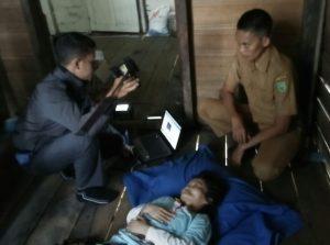 Petugas Disdukcapil Natuna saat melakukan Rekam e-KTP bagi warga penyandang Disabilitas di Desa Air Lengit.