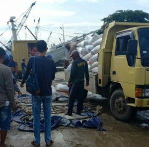 Proses pemuatan beras bulog dari Tanjungpinang menuju Natuna.
