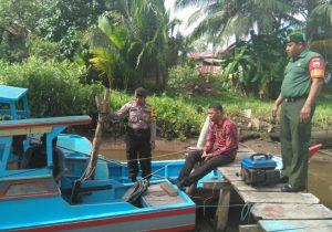 Bhabinkamtibmas, Babinsa dan Lurah Ranai, saat memberikan himbauan kepada para nelayan.