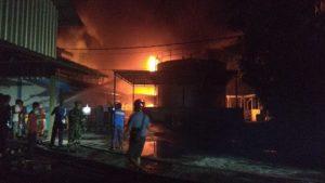 Petugas Pemadam Kebakaran tampak sibuk memadamkan api.