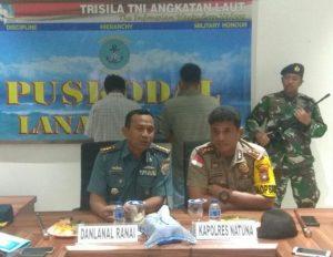 Danlanal Ranai Kolonel Laut (P) Harry Setyawan  dan Kapolres Natuna AKBP Nugroho Dwi Karyanto, saat menggelar Konfernsi Pers, di Mako Lanal Ranai.
