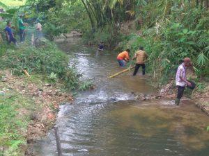 Warga tampak sibuk membersihkan aliran sungai di Kelurahan Ranai Darat.