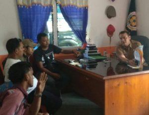 Warga Setengar dan Awak Media saat mendatangi Kantor Satpol PP Natuna, untuk melakukan klarifikasi berita.