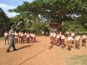 Puluhan siswa-siswi SDN 009 Mekar Jaya saat menerima arahan dari Serda A. Tanjung.