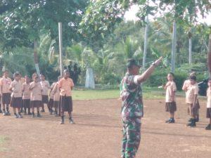 Serda A. Tanjung saat memberikan materi PBB Dasar kepada para siswa-siswi SDN 009 Mekar Jaya.