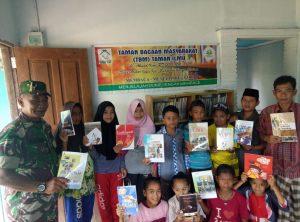 Serda A. Tanjung foto bersama anak-anak dari Desa Mekar Jaya.